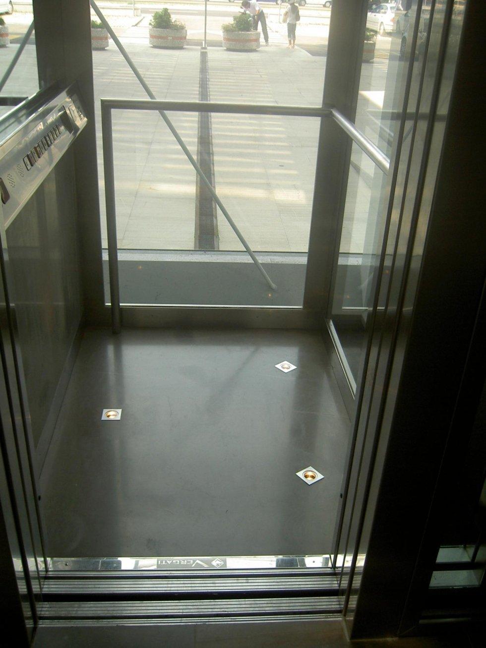 ascensore con porte aperte