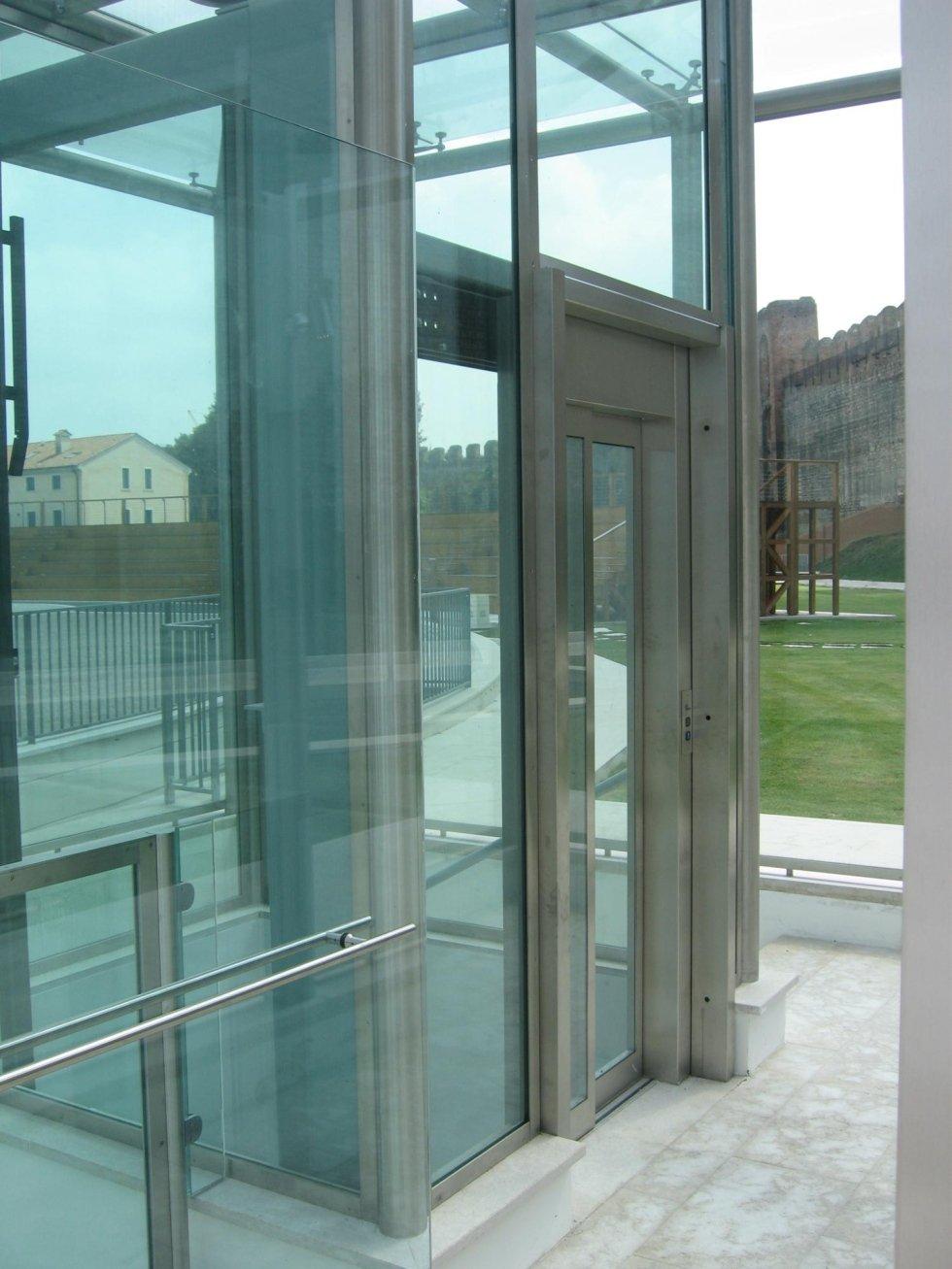 ascensore panoramico in giardino