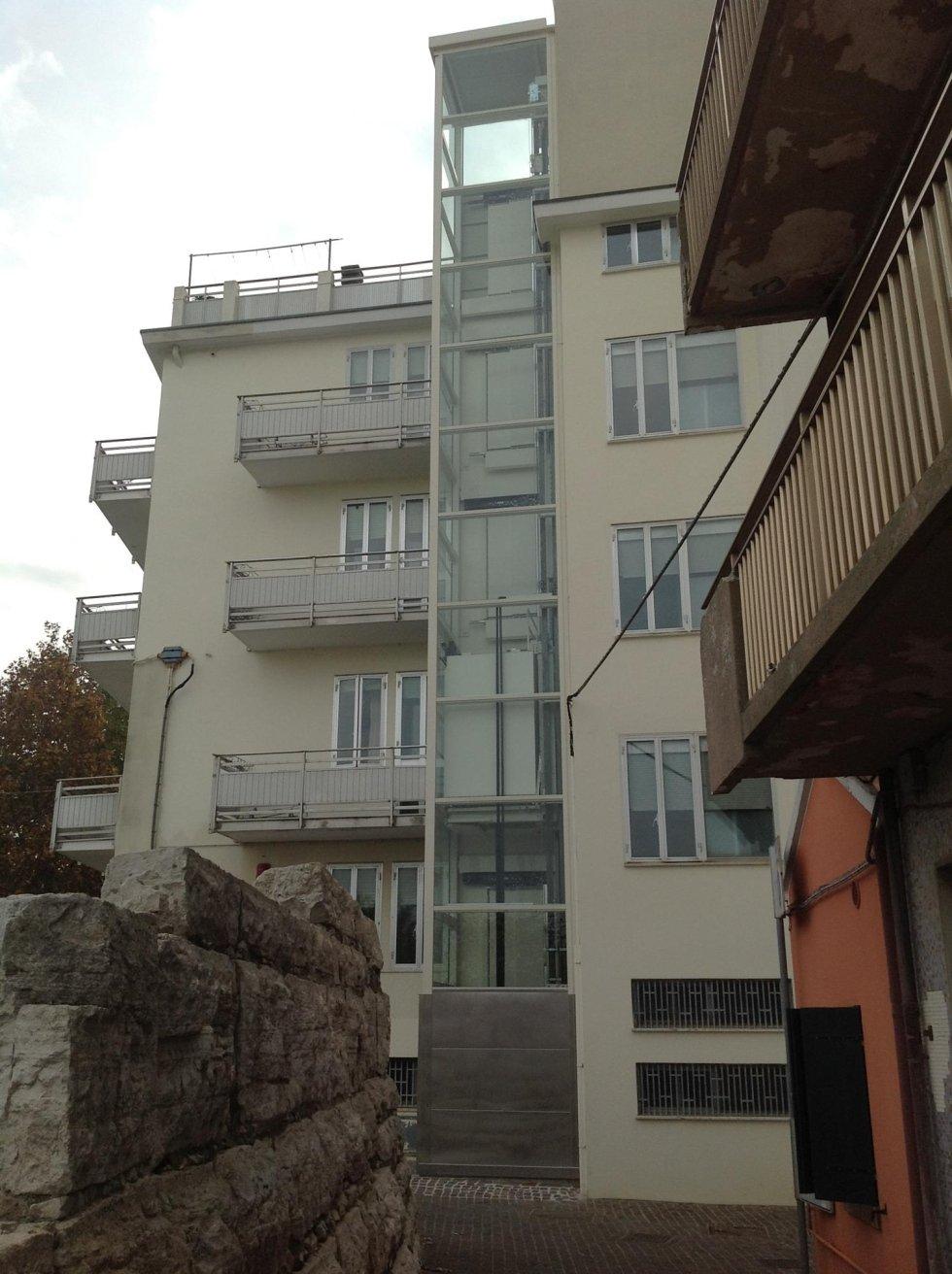 vista esterna di un edificio con ascensore in vetro