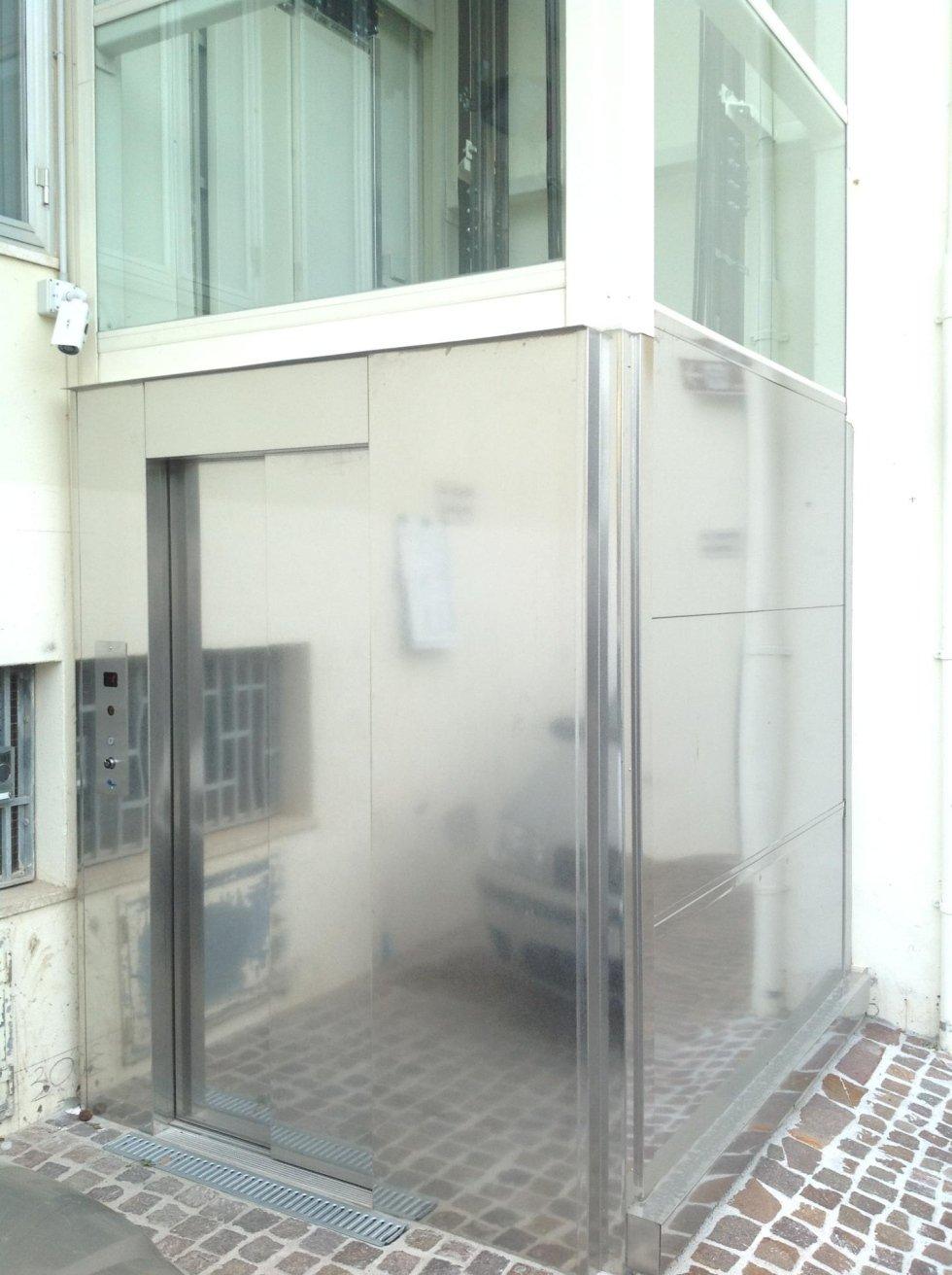 vista angolare di ascensore in vetro