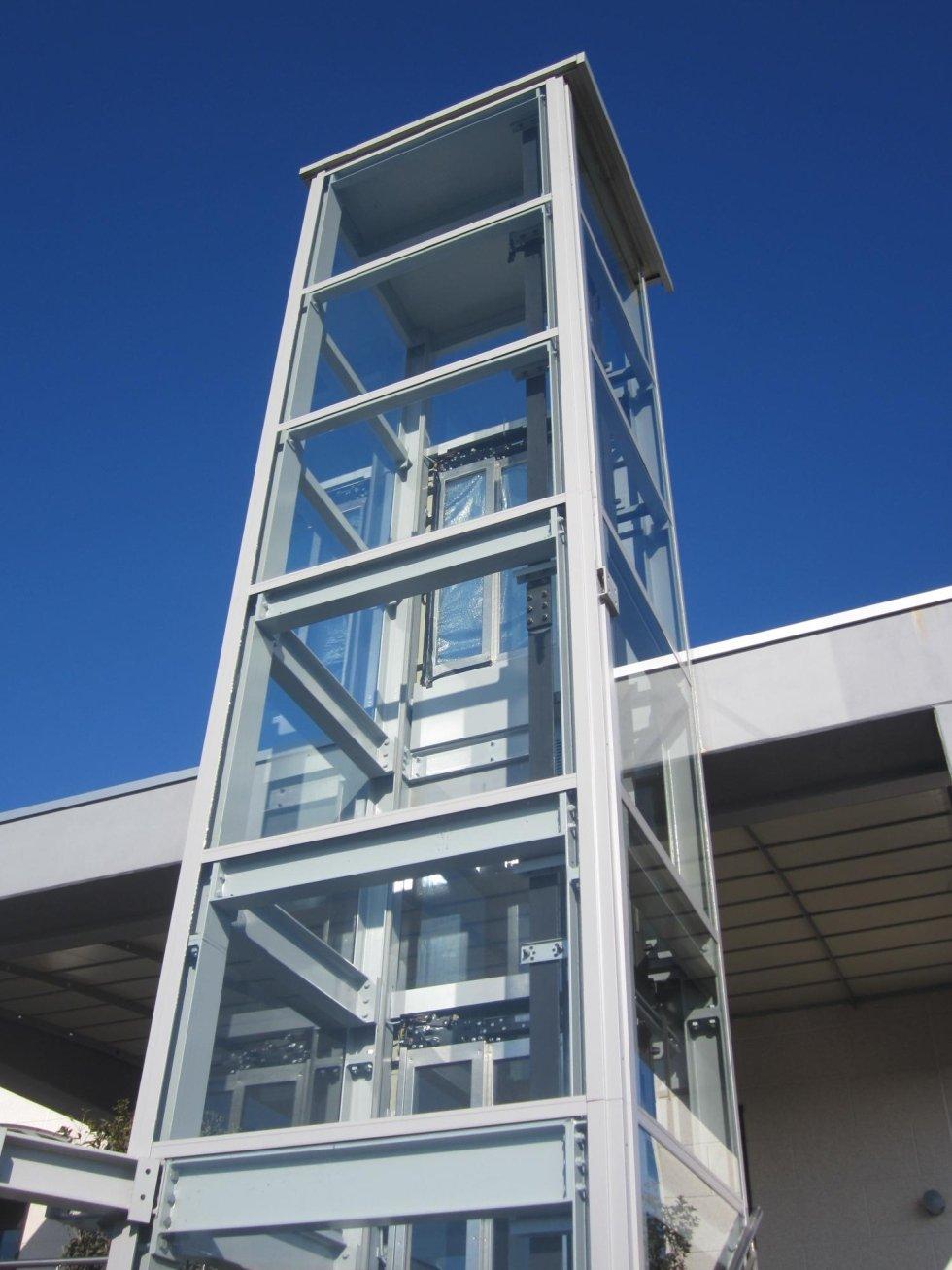 inquadratura dal basso di ascensore esterno panoramico in vetro