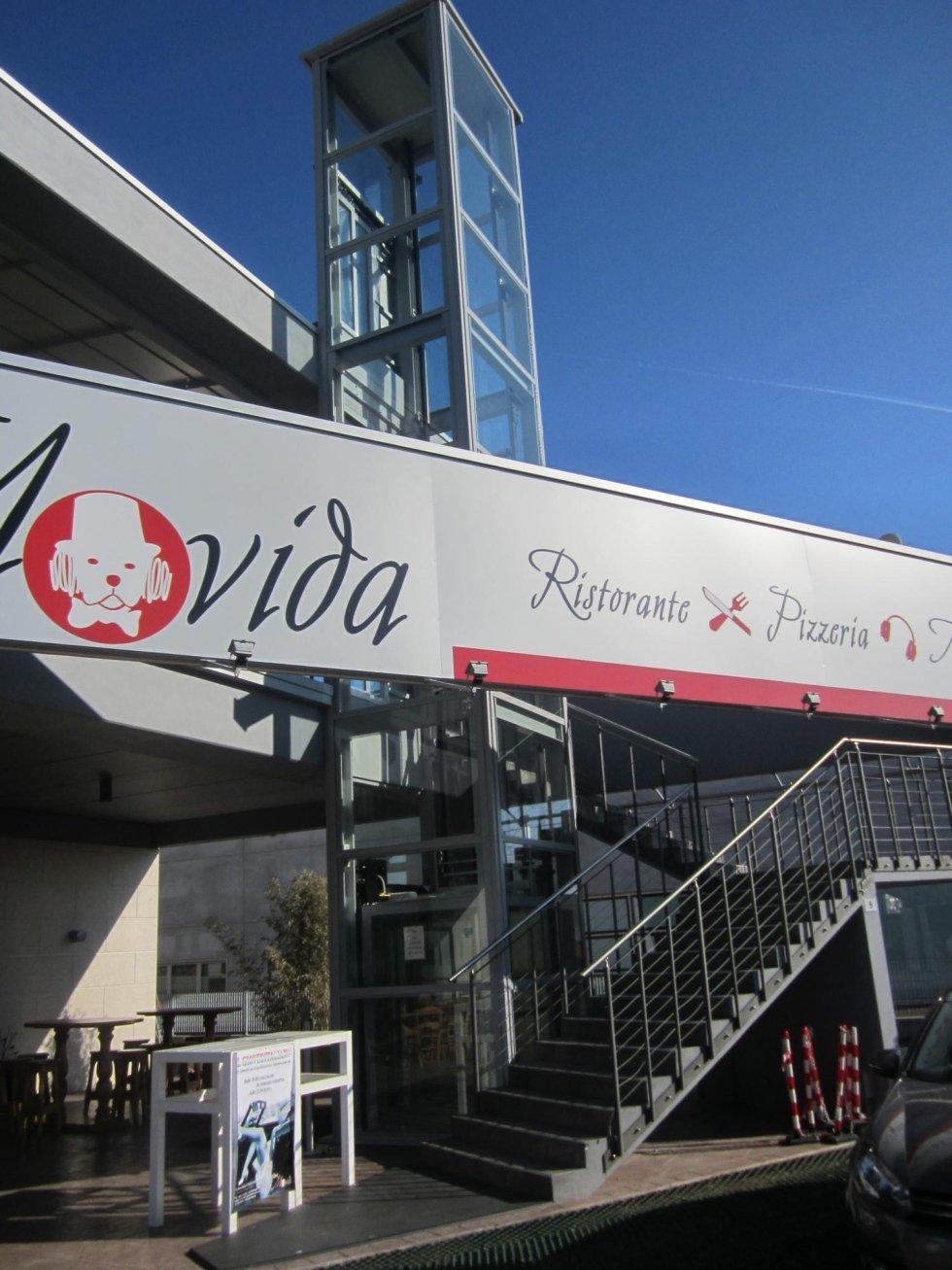 vista frontale di un ristorante con scala e ascensore panoramico