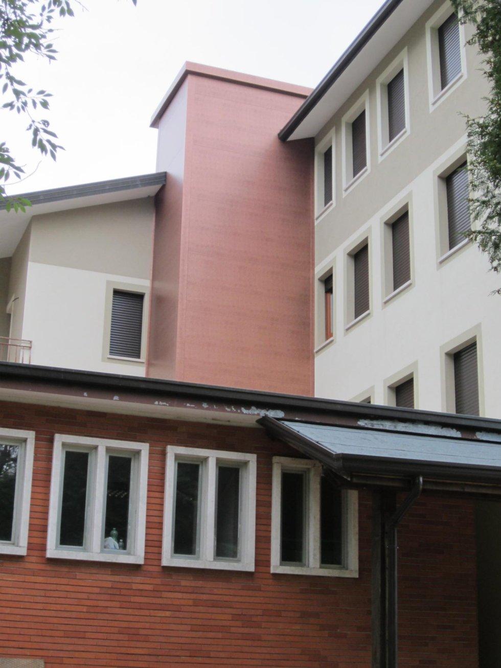 palazzo rosso e grigio, ascensore esterno