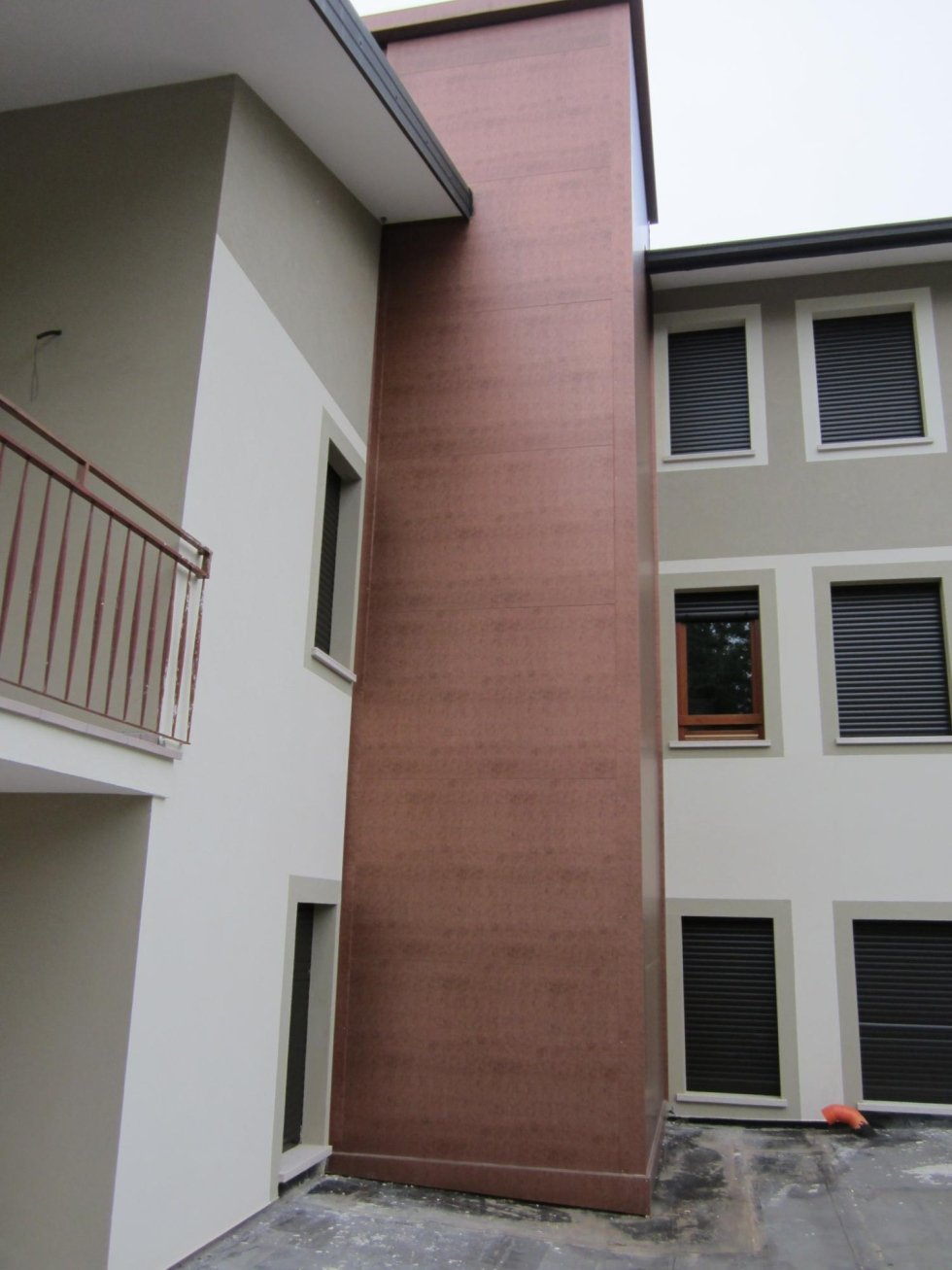 vista laterale di un edificio grigio con ascensore