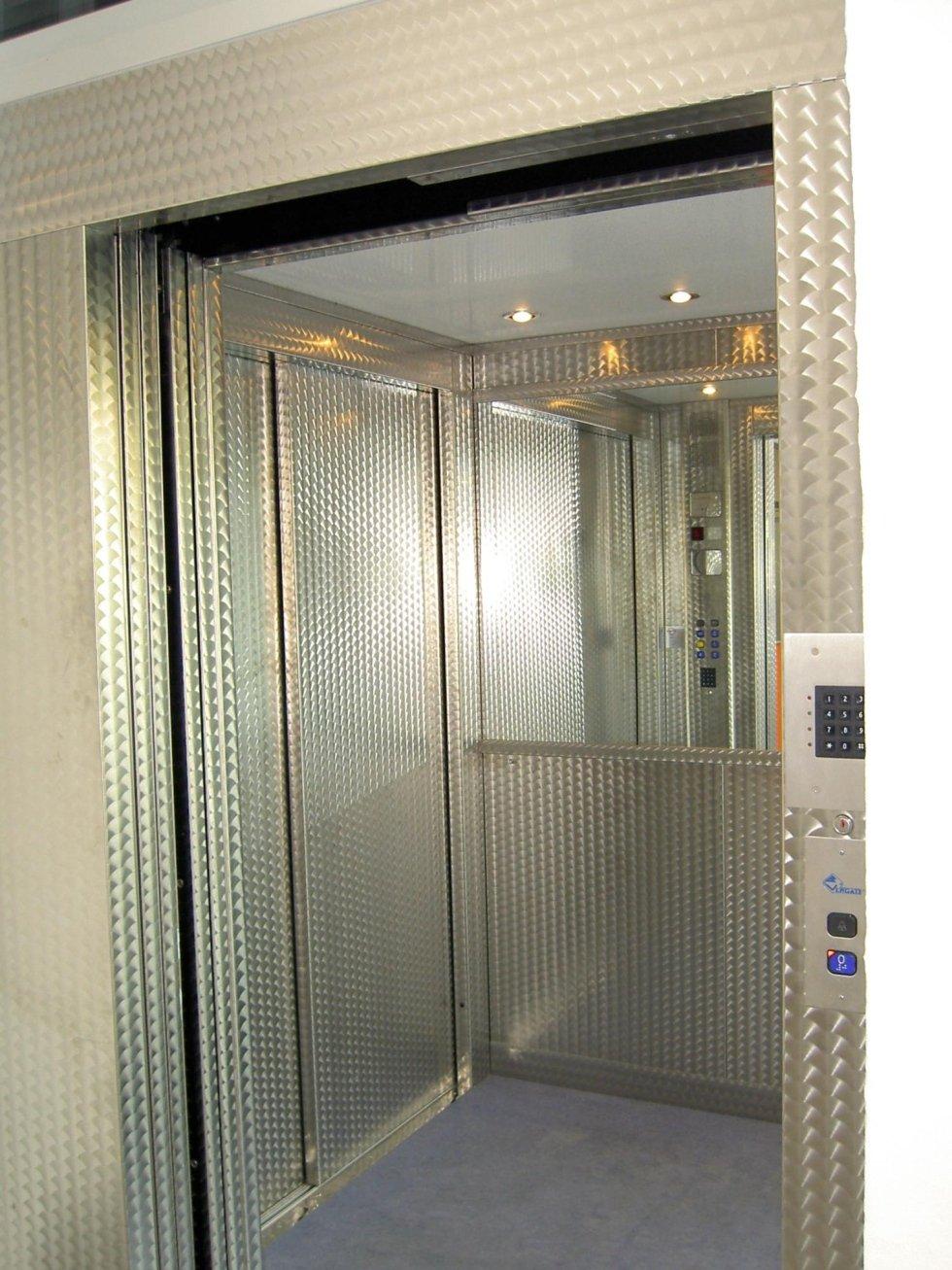ascensore panoramico con cabina in acciaio