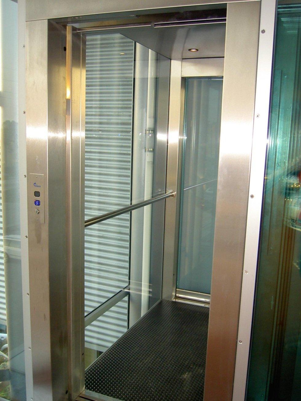 cabina panoramica di ascensore con parete in vetro-vista laterale