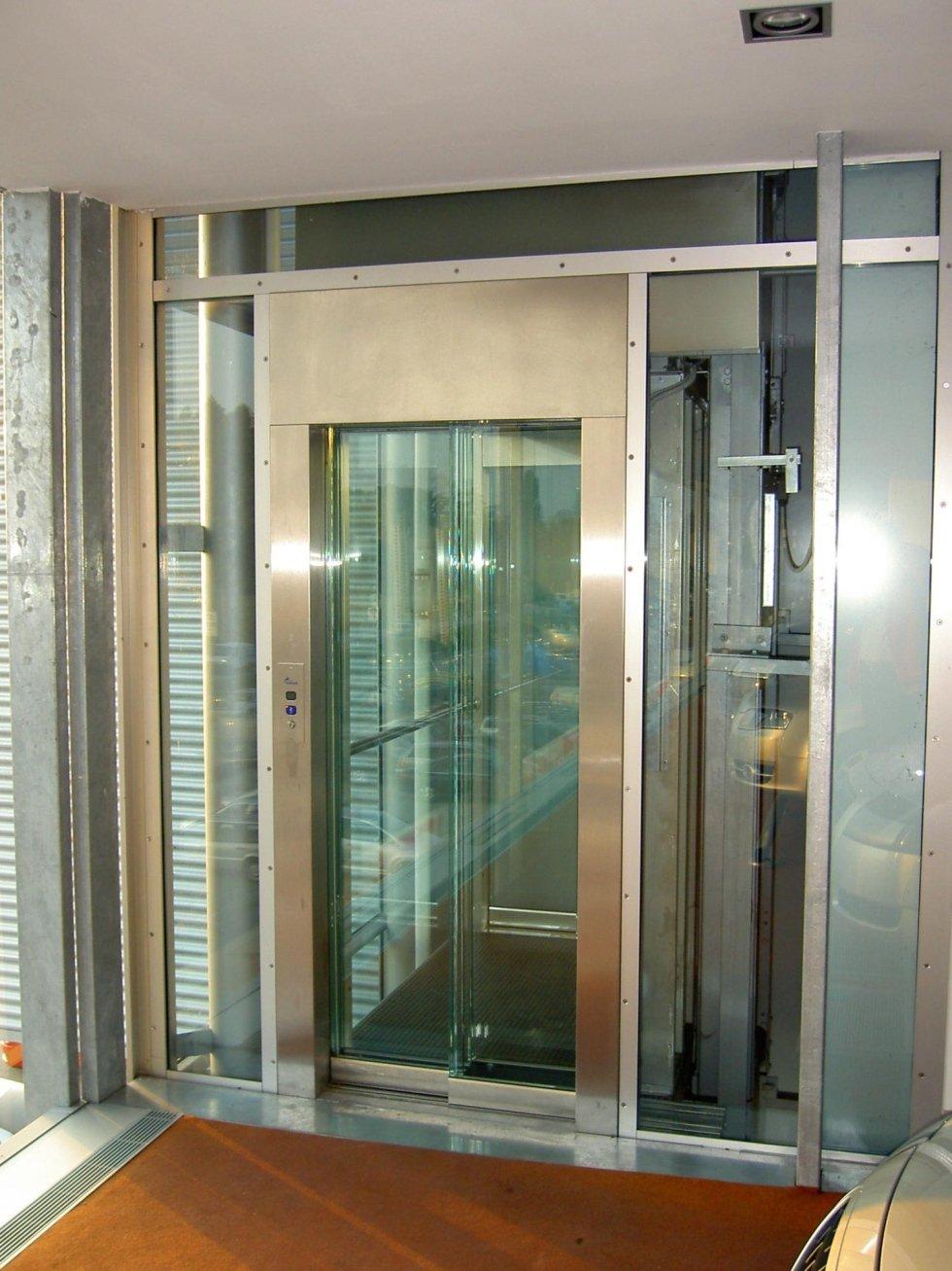 ascensore con telaio in acciaio inox satinato