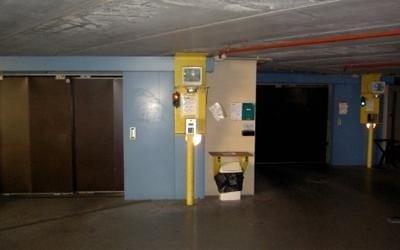 entrata di ascensore in parcheggio sotterraneo