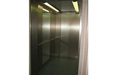 ascensore con luce verde
