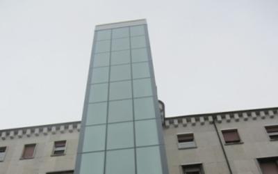 ascensore in una casa-vista esterna frontale