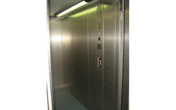 ascensore con luce verde-vista frontale