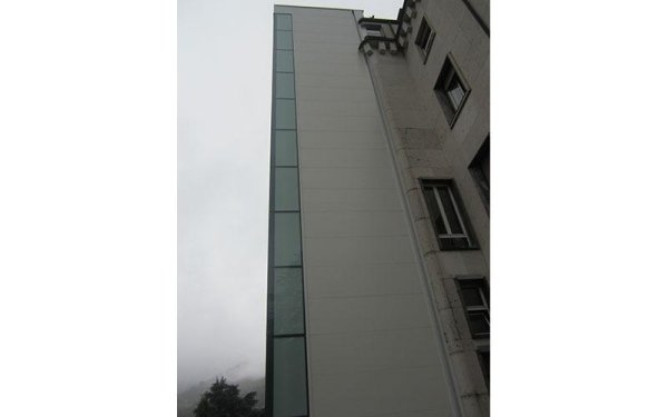 ascensore in una casa-vista esterna laterale