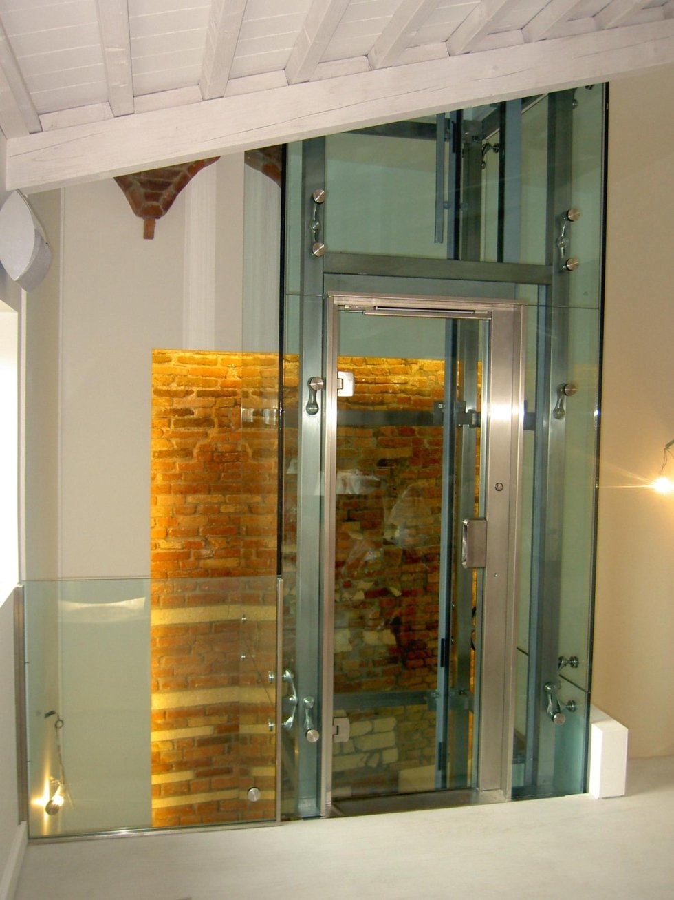 piattaforma elevatrice in vetro con parete decorate