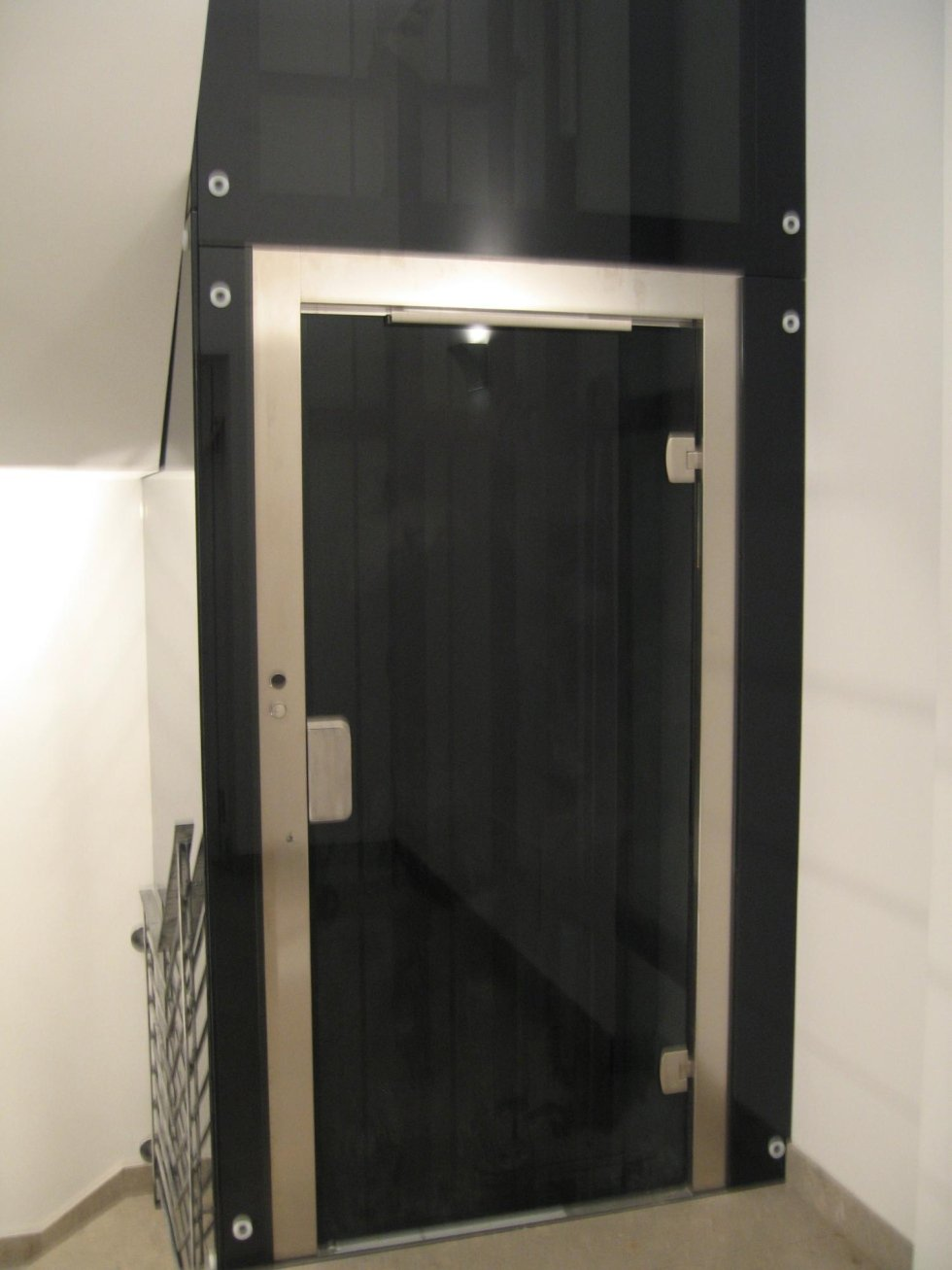 cabina in vetro con piattaforma elevatrice nera