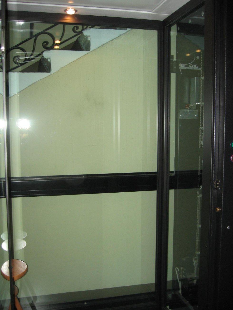cabina in vetro con opre legno