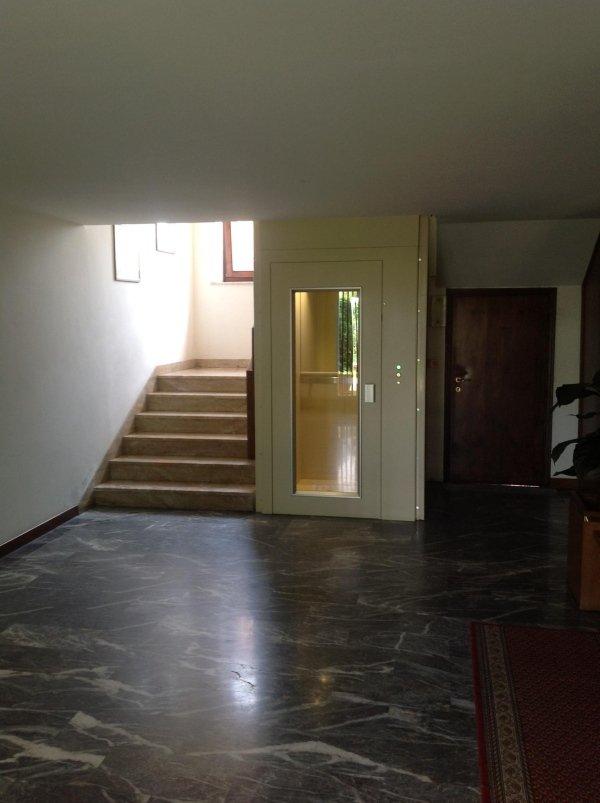 vista interna di un condominio con scala e piattaforme elevatrici