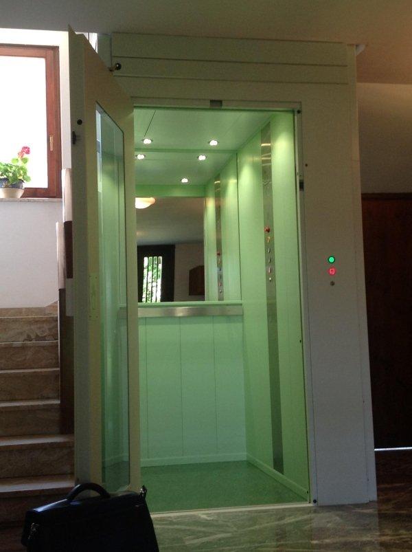 cabina rivestita in lampre verde