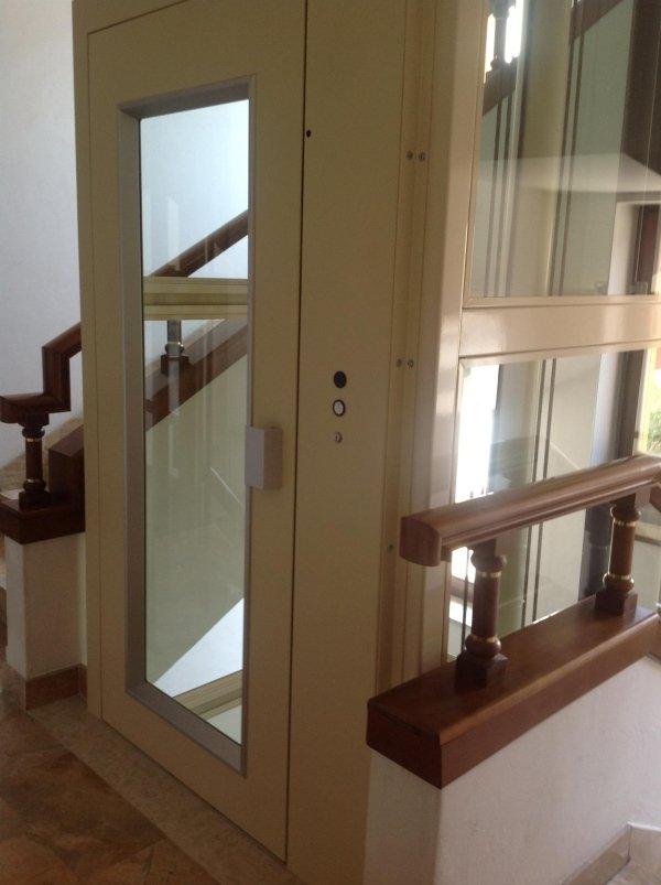 piattaforme elevatrici-vista angolare con ringhiera in legno