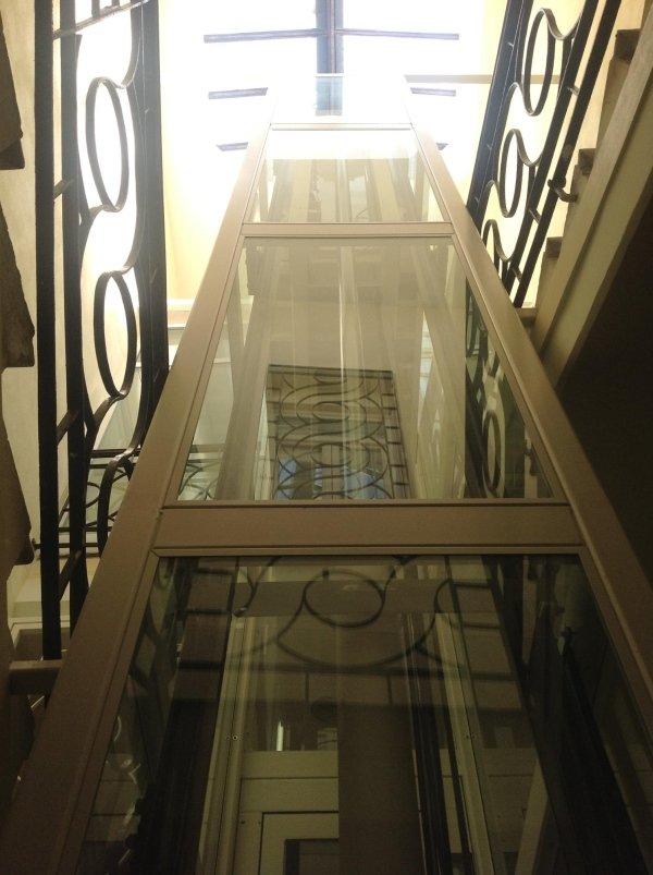 piattaforma elevatrice  con incastellatura e vetro