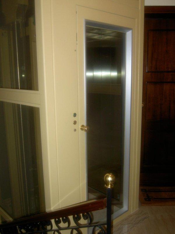 interna di una casa con piattaforma elevatrice-vista laterale