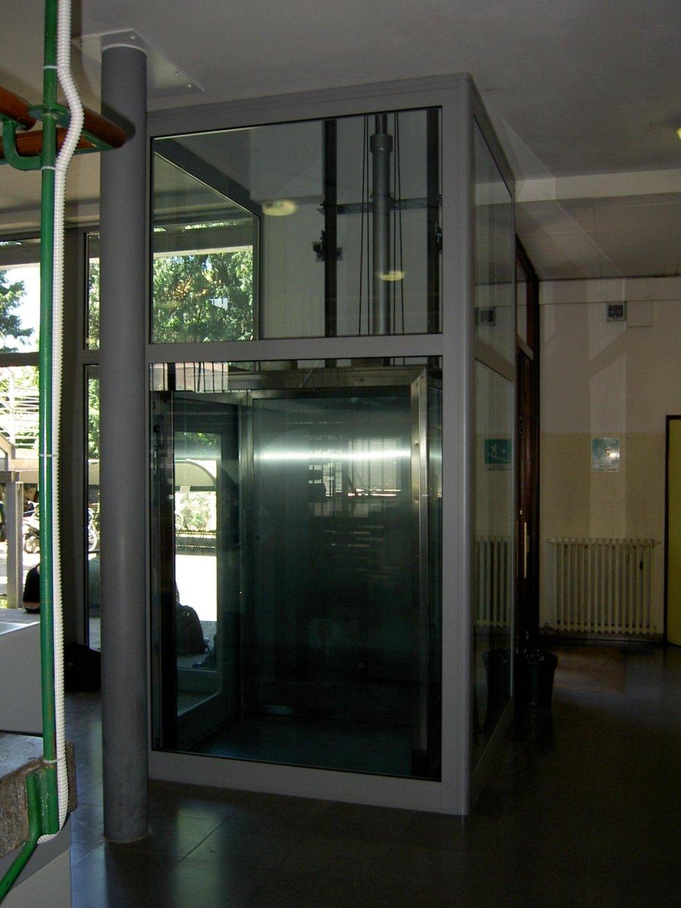 piattaforma elevatrice oleodinamica Incastellatura metallica e vetro-vista frontale