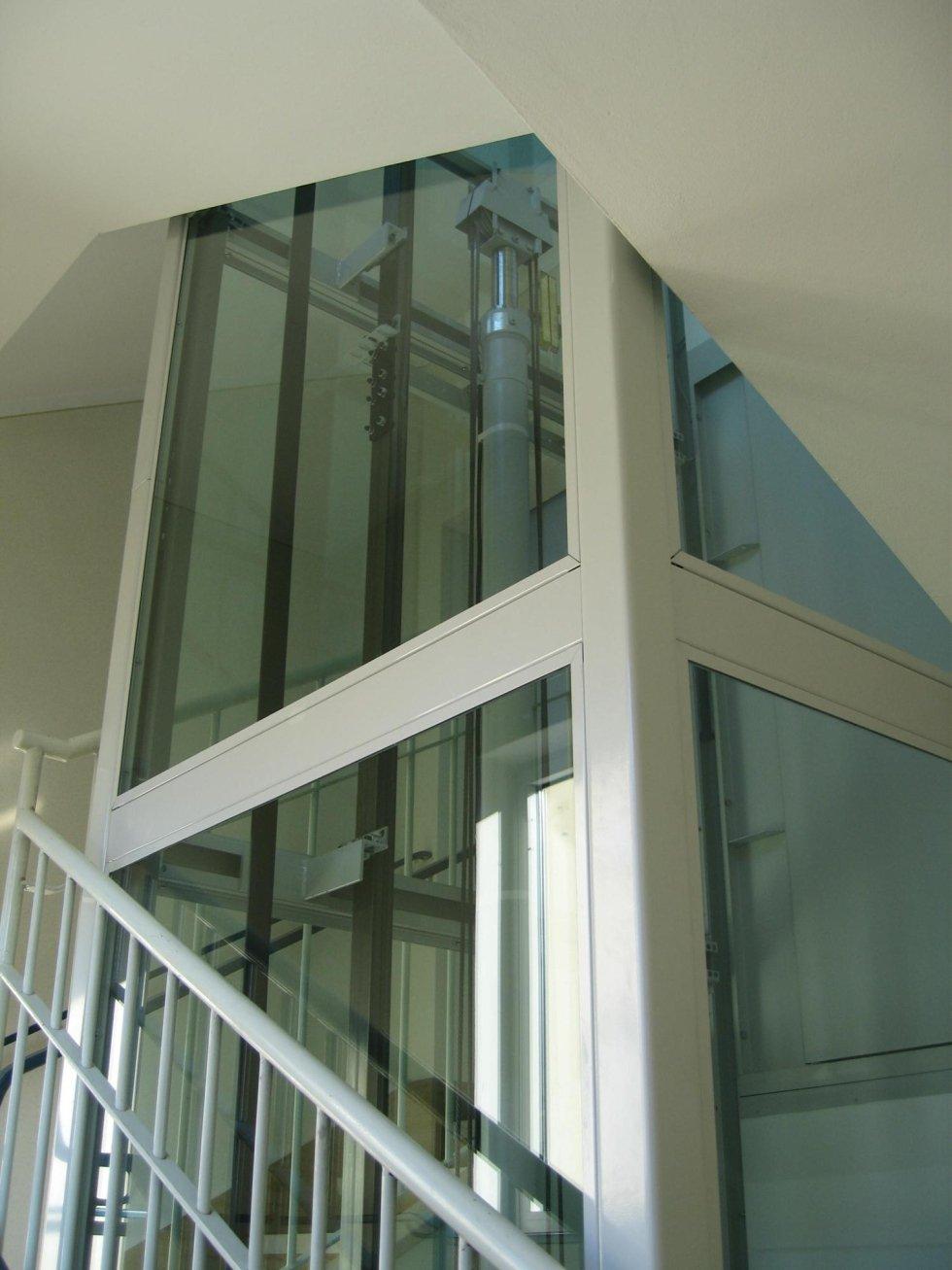 piattaforma elevatrice panoramica in vetro con scala