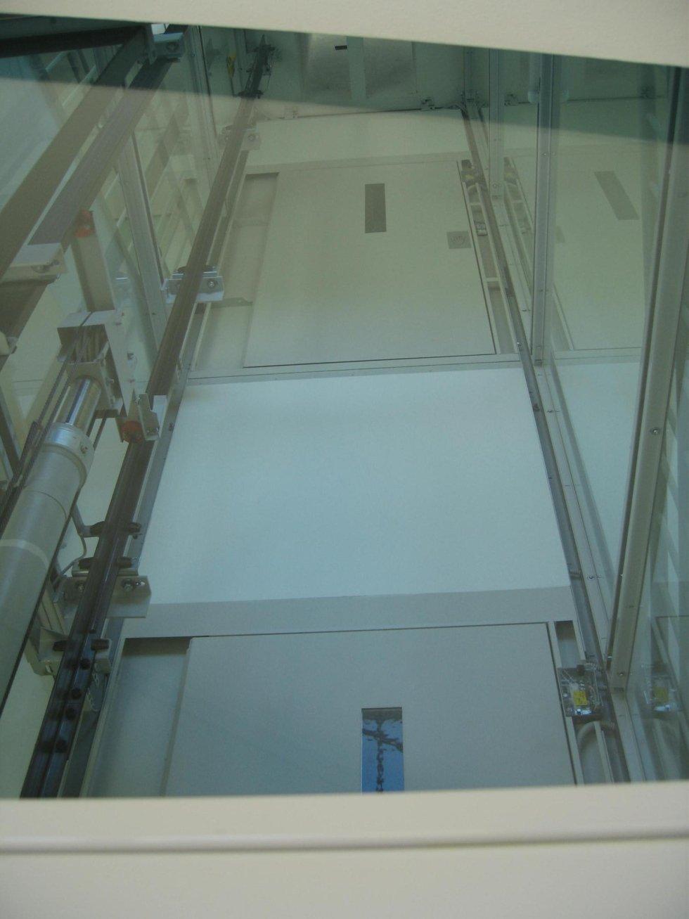 piattaforma elevatrice idraulica vista da basso