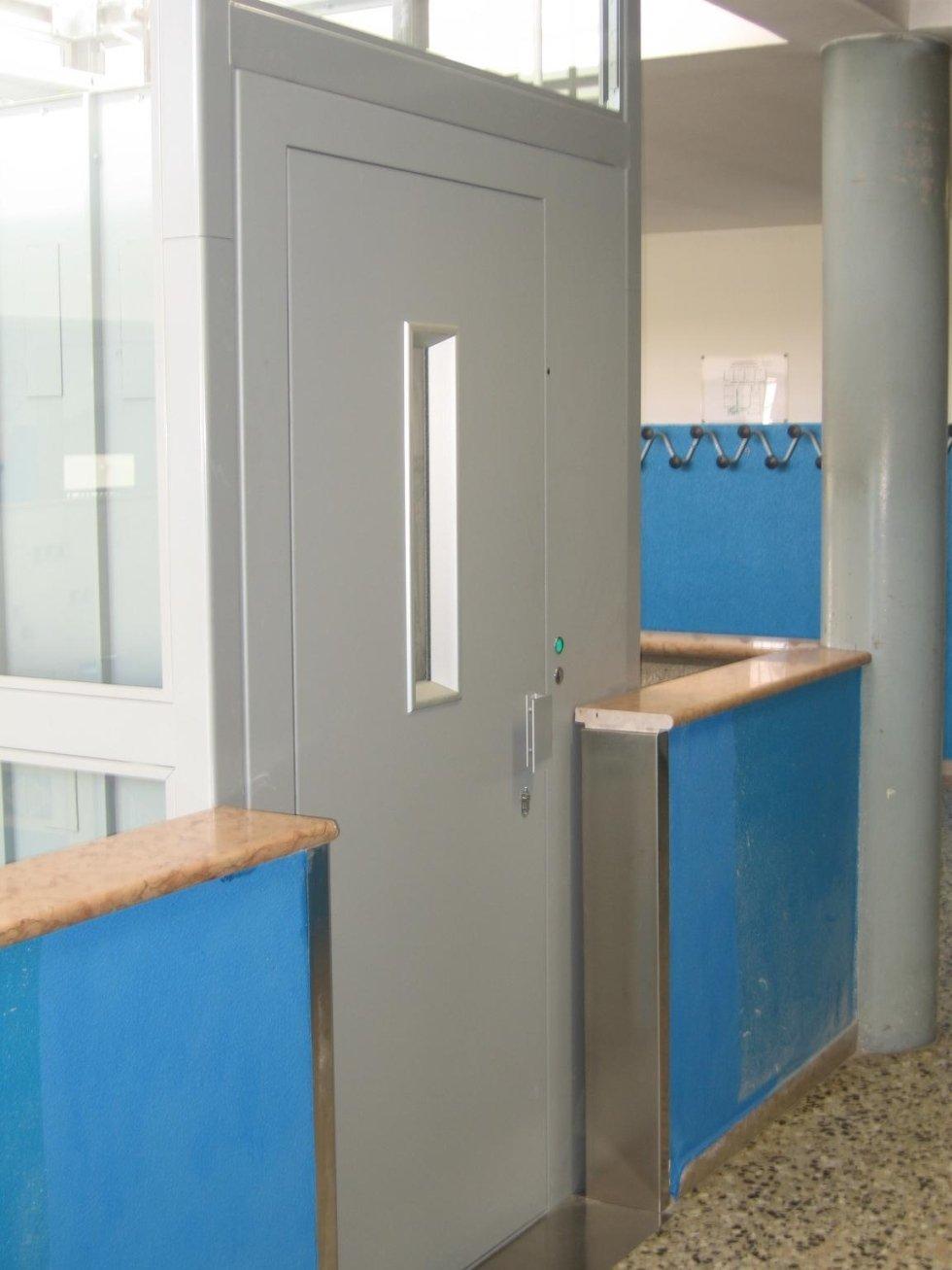 piattaforma elevatrice con porta singola