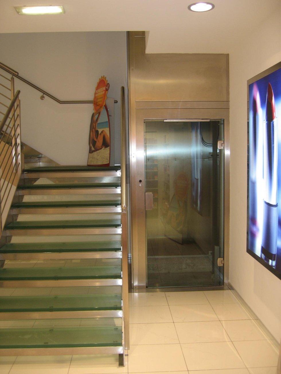 vista frontale di una scala con piattaforma elevatrice e arredamento di una casa