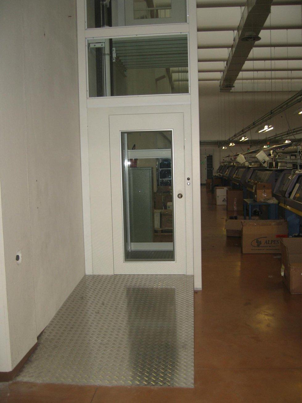 piattaforma elevatrice oleodinamica in una fabbrica