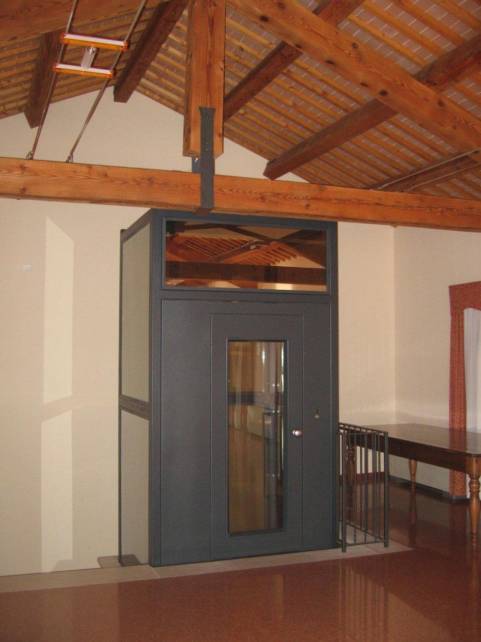 piattaforma elevatrice oleodinamica con soffitto in legno