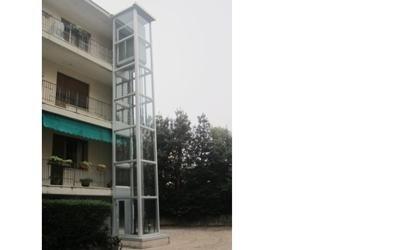 vista di esterna di una casa con piattaforma elevatrice