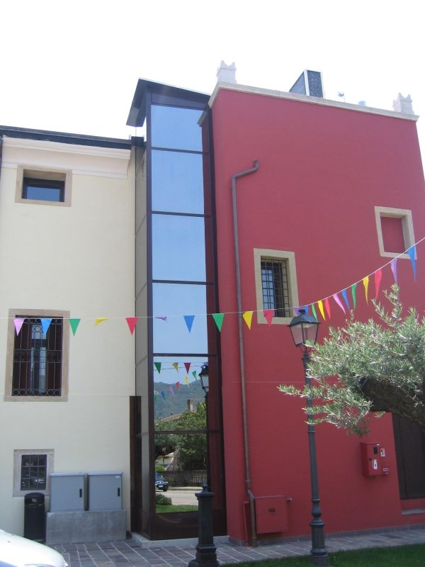 piattaforma elevatrice per esterno con parete rossa e decorazione esterna