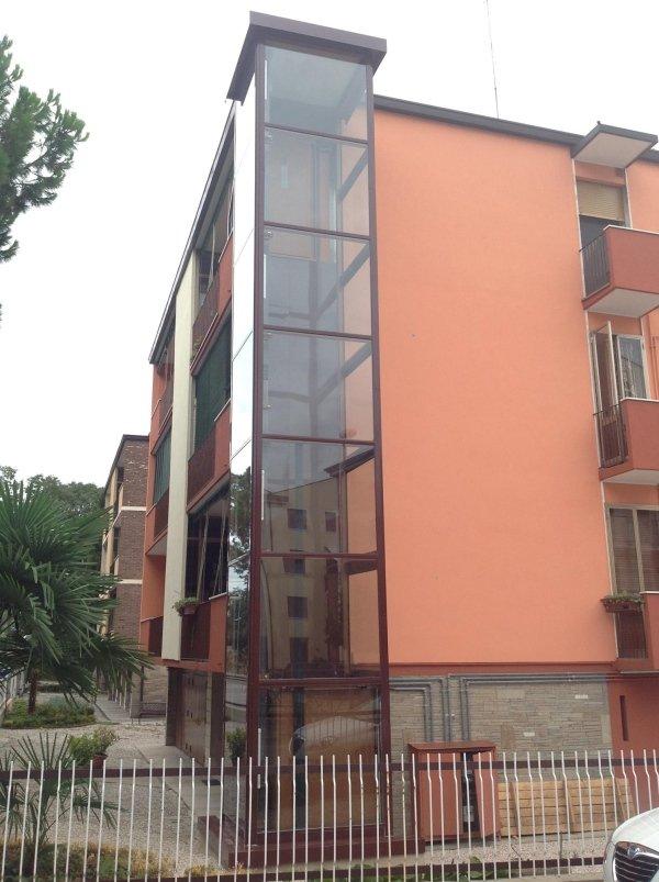 vista angolare di una casa con piattaforma elevatrice per esterno e alberi