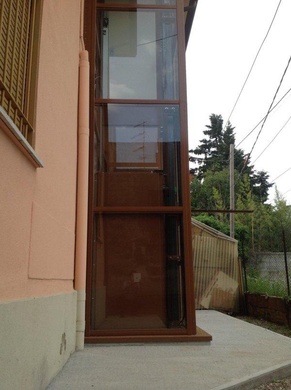 piattaforma elevatrice per esterno in una casa con sfondo alberi