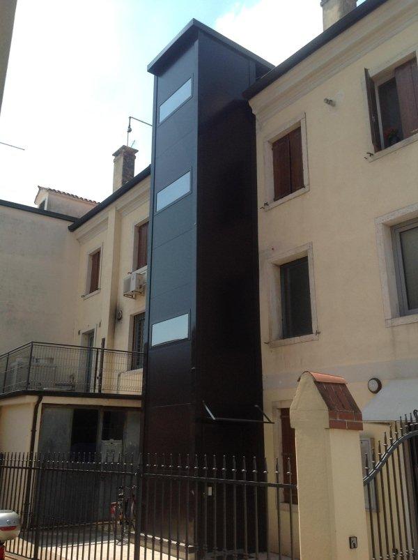 piattaforma elevatrice per esterno con finestre in una casa