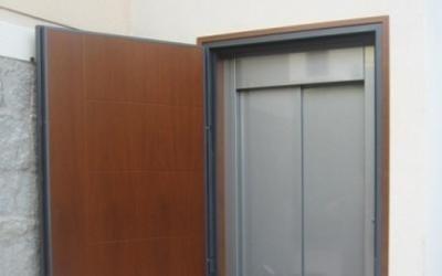piattaforma elevatrice automatica con porta in legno e pavimento in pietra