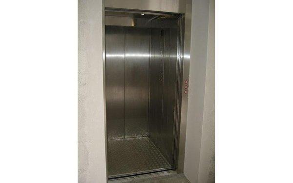 ascensore in inox con porte diverse-vista laterale