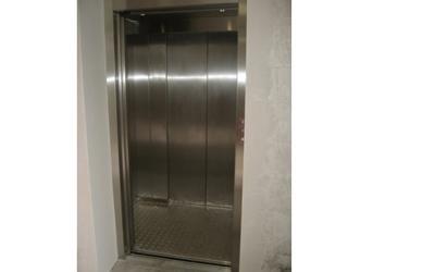 ascensore in inox con porte diverse