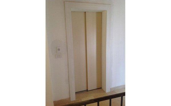 ascensore con scala interna-vista laterale