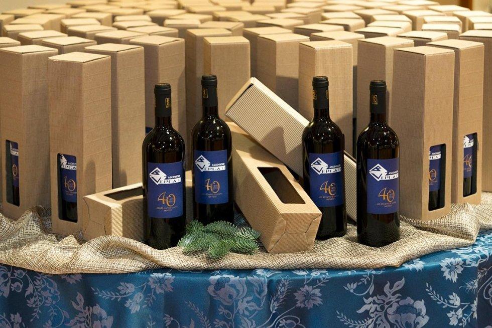 bottiglie di vino in esposizione