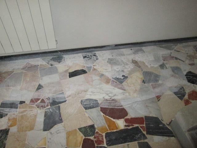 palladiana di marmo arlecchino lesionata da acido