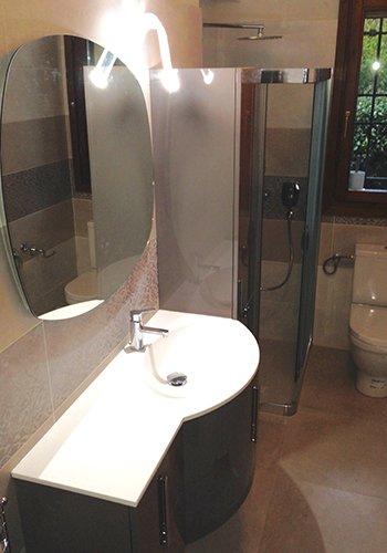 un bagno con un box doccia e un lavabo