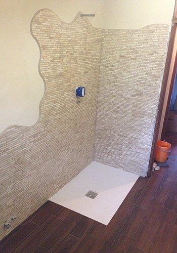 un muro con delle piastrelle di color avorio per box doccia