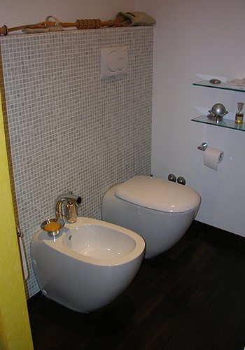 un bidet e un wc