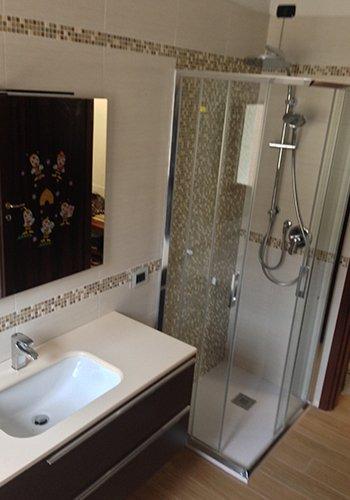 un lavabo e un box doccia