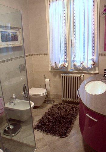 un bagno con box doccia, bidet,wc e lavabo