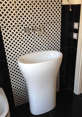 un lavabo con rubinetti a muro
