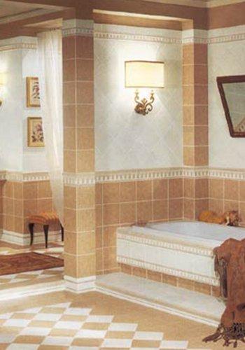 un bagno con piastrelle al pavimento e ai muri di color bianco e sabbia