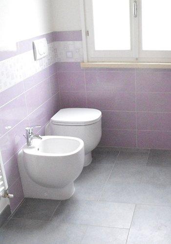 un bidet e un wc in un bagno